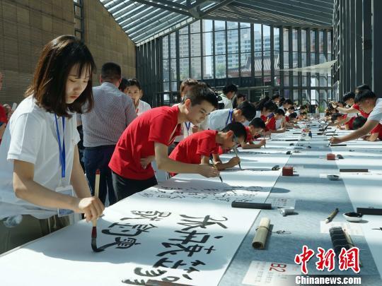 中日韩青少年汇聚古城西安百米长卷上书写唐诗